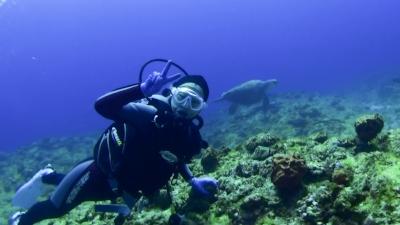 20120327-02アカウミガメと記念撮影
